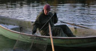 Чоловік ловив рибу сіткою. Фото ілюстративне