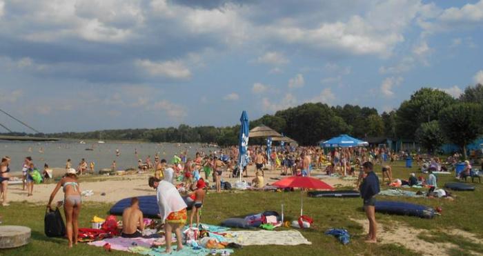 Пляж пансіонату «Шацькі озера», як і всі на озері Світязь, сьогодні багатолюдний