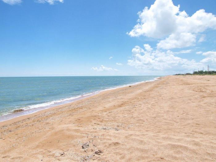 Безлюдний пляж на Арабатській стрілці