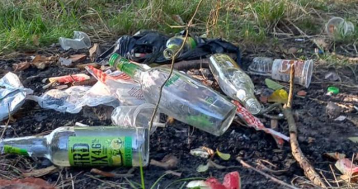 На березі озера Святе невідомі лишили після себе сміття