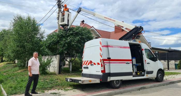 У Підгайцівській громаді на новому підйомнику електромонтера рятували лелек